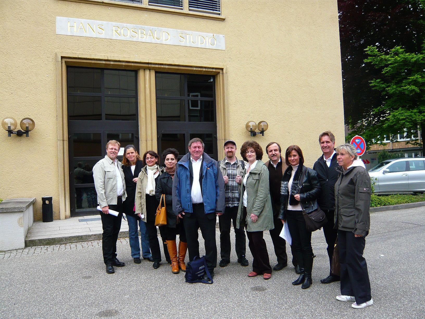 ChorteilnehmervordemRosbaudstudioBaden-Baden